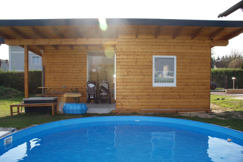 Gartenhaus aus Holz mit Pool