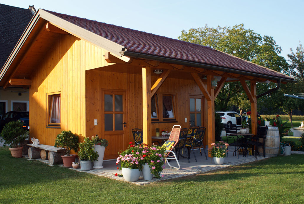 Gartenhaus aus Holz mit kleiner Terrasse